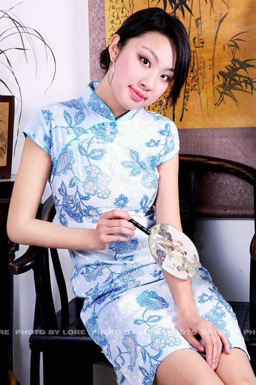淡蓝花纹经典旗袍美女
