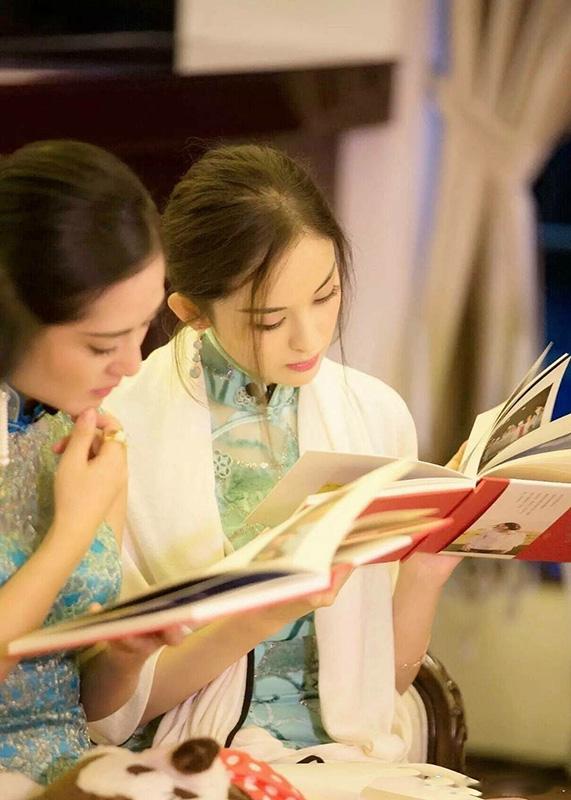 """古力娜扎穿旗袍拍照,从""""艺考最美女生""""到""""百变小花"""""""