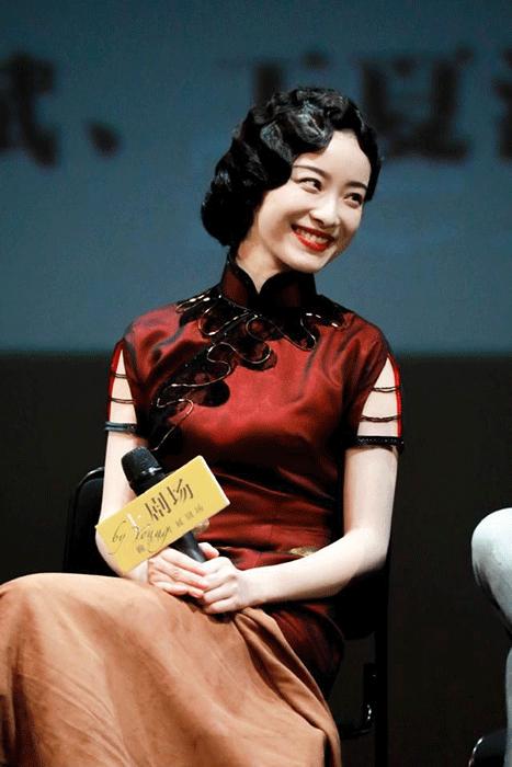 《幺幺洞捌》话剧发布会现场,倪妮一身旗袍复古装出席