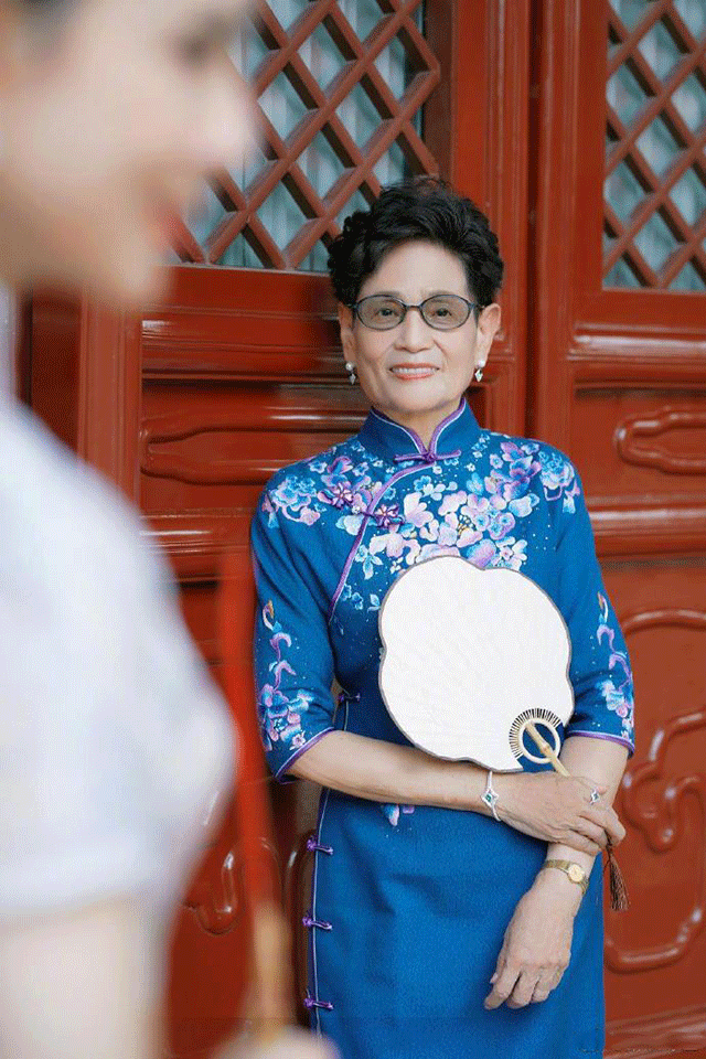 李若彤挑战旗袍与母亲拍写真,身段婀娜迷人,气质真好!