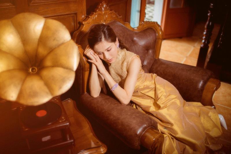 李若彤身穿黄色复古旗袍,腰肢纤细,姿态优雅万方