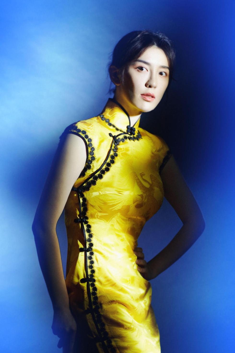 吕佳容黄色旗袍尽显曼妙身姿 光影交错间演绎梦幻风情