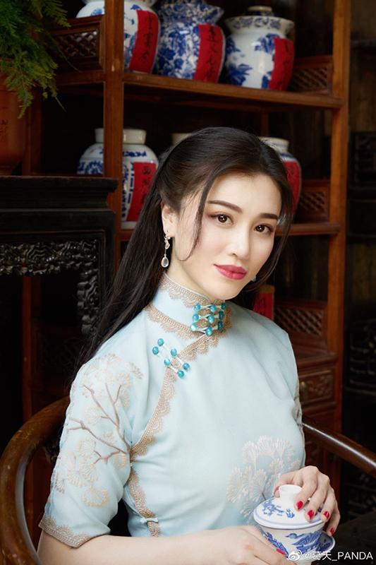 刘翔前妻葛天晒旗袍造型美照,身材凹凸有致
