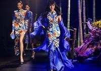 张咪出席发布会重返T台 身穿中式旗袍亮相