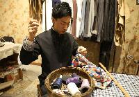 80后小伙手工缝制旗袍 一件8000元 供不应求提前2个月预定