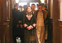 秦海璐化身民国名伶,一袭烫金反光的旗袍装,显得奢华贵气