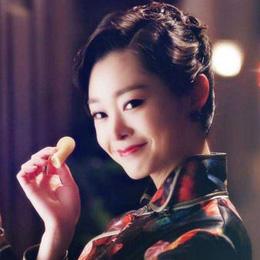 宋轶身穿红色印花旗袍,搭配深蓝色的皮草披肩,旧上海名媛形象