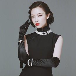 倪妮穿黑色旗袍搭配珍珠项链,美翻了