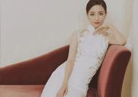 佟丽娅身穿纯白色旗袍,亮相相声现场,美成一幅画卷