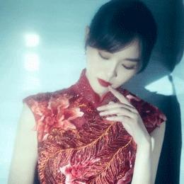 """唐嫣穿着""""凤羽牡丹""""旗袍,国潮味满满,超有古典范!"""