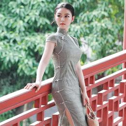 古风街拍:一个时尚辣妈的旗袍装,打造紧致凹凸身材造型
