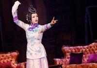 刘晓庆穿旗袍跪在地上表演,曲线玲珑风韵犹存