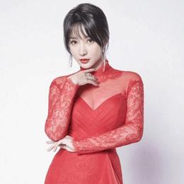 39岁柳岩懒理争议,穿红色旗袍回归喜剧舞台,媚而不俗让人惊艳