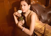 李若彤身穿黄色复古旗袍,腰肢纤细,姿态优…