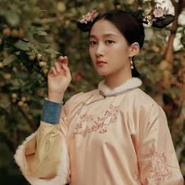 关晓彤粉色刺绣旗袍搭旗头,甜如旧时光少女!