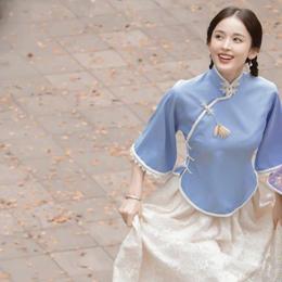 古力娜扎民国造型曝光,淡蓝色旗袍样式上衣配米色裙子,清纯可人