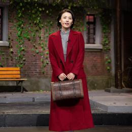 马思纯瘦了!穿旗袍亮相舞台身姿窈窕,搭配红色大衣优雅又大气!