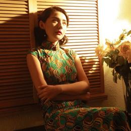 热依扎穿吊带上热搜,当她穿上一袭优雅的旗袍,却美得惊艳时光!